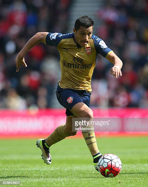 Alexis Sanchez of Arsenal controls the ball during the Barclays Premier League match between Sunderland and Arsenal at The Stadium of Light on April...