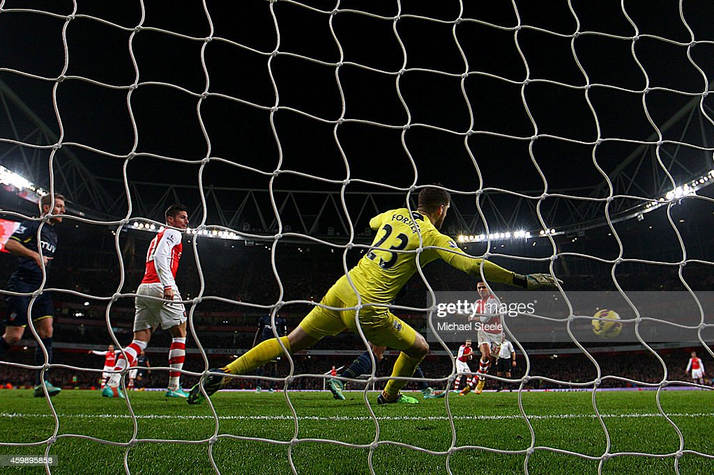 Alexis Sanchez of Arsenal scores the winning goal past Fraser Forster of Southampton during the Barclays Premier League match between Arsenal and Southampton at Emirates Stadium on December 3, 2014 in London, England.