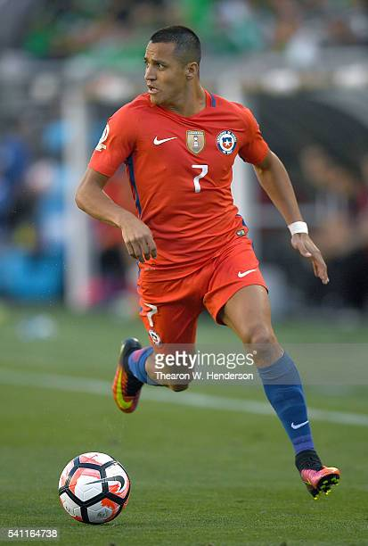 Alexis Sanchez of Chile dribbles the ball up field against Mexico during the 2016 Copa America Centenario Quarterfinals match play between Mexico and...