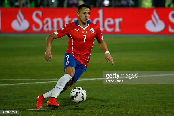 Alexis Sanchez of Chile drives the ball during the 2015 Copa America Chile Final match between Chile and Argentina at Nacional Stadium on July 04...