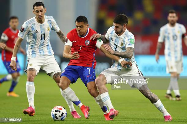 Alexis Sanchez of Chile fights for the ball with Angel Di Maria and Rodrigo De Paul of Argentina during a match between Argentina and Chile as part...