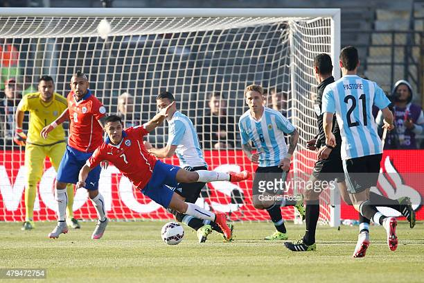 Alexis Sanchez of Chile fights for the ball with Martin Demichelis of Argentina during the 2015 Copa America Chile Final match between Chile and...