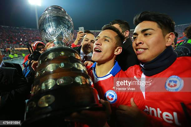 Alexis Sanchez of Chile lifts the trophy after winning the 2015 Copa America Chile Final match between Chile and Argentina at Nacional Stadium on...