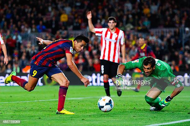 Alexis Sanchez of FC Barcelona competes for the ball with Gorka Iraizoz of Athletic Club during the La Liga match between FC Barcelona and Athletic...