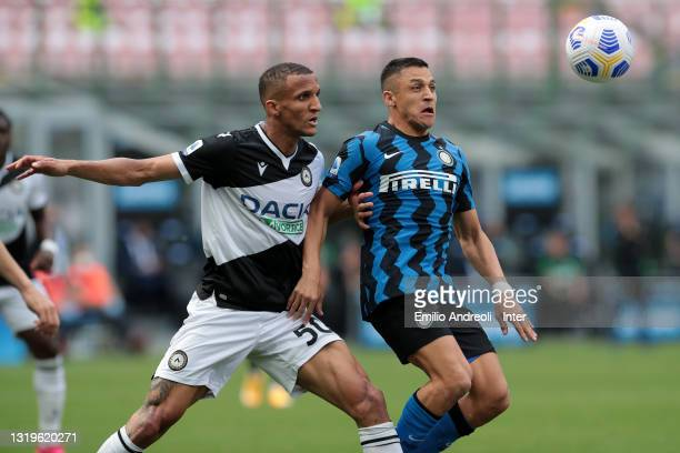Alexis Sanchez of FC Internazionale battles for possession with Rodrigo Becao of Udinese Calcio during the Serie A match between FC Internazionale...