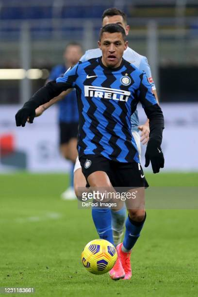 Alexis Sanchez of FC Internazionale controls the ball during the Serie A match between FC Internazionale and SS Lazio at Stadio Giuseppe Meazza on...