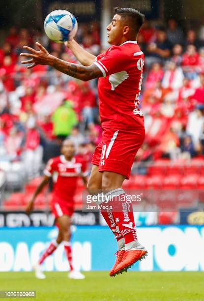 Alexis Vega of Toluca controls the ball during the 7th round match between Toluca and Leon as part of the Torneo Apertura 2018 Liga MX at Nemesio...