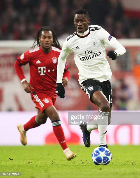 Alfa Semedo of SL Benifica controls the ball in front of Renato Sanches of Bayern Munich during the Group E match of the UEFA Champions League...