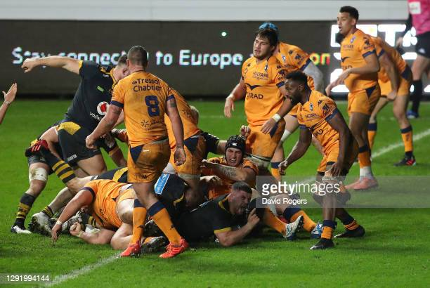 Alfie Barbeary of Wasps scores the first try during the Heineken Champions Cup Pool 1 match between Wasps and Montpellier at Ricoh Arena on December...