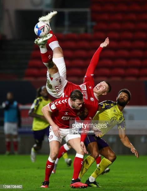Alfie Mawson of Bristol City collides with Tomas Kalas of Bristol City as Fraizer Campbell of Huddersfield Town looks on during the Sky Bet...