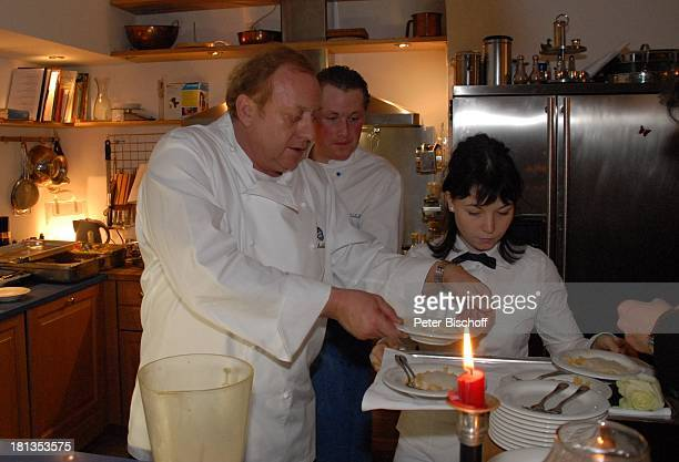 Alfons Schuhbeck Koch ServiceKraft Party zum 60 Geburtstag von Michael Schanze München Bayern Deutschland Feier Küche kochen Tablett mit Speisen...