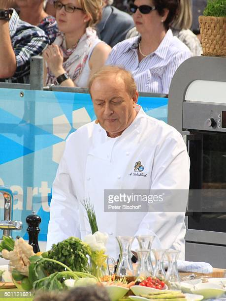 Alfons Schuhbeck ZDFSonntagsshow Fernsehgarten Mainz RheinlandPfalz Deutschland Europa Bühne Auftritt OpenAir Küche Speisen zubereiten Uniform...