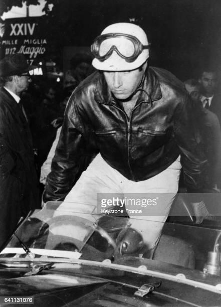 Alfonso de Portago lors de la course automobile des Mille Miglia 1957 en Italie en mai 1957
