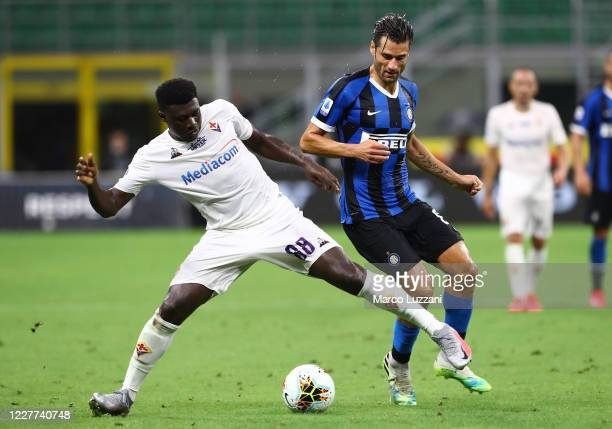 Alfred Duncan of ACF Fiorentina competes for the ball with Antonio Candreva of FC Internazionale during the Serie A match between FC Internazionale...