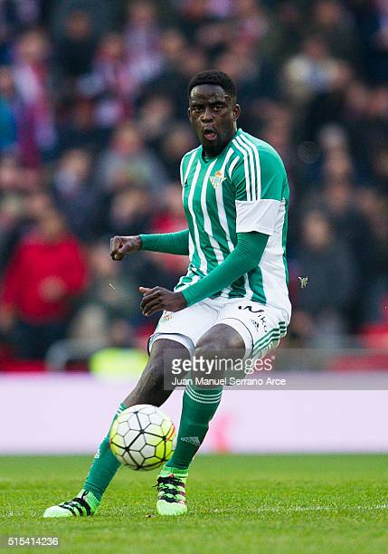 Alfred N'Diaye of Real Betis Balompie controls the ball during the La Liga match between Athletic Club Bilbao and Real Betis Balompie at San Mames...