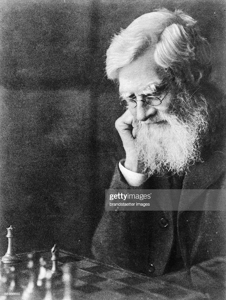 Alfred Russel Wallace playing chess. Photography. (Photo by Imagno/Getty Images) [Alfred Russel Wallace. Bildnis beim Schachspiel. Photographie.]
