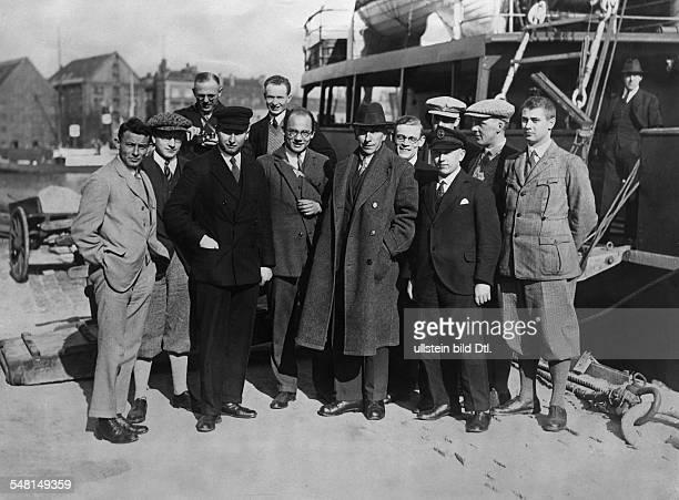 Alfred Wegener *01111880November1930 Polarforscher Geophysiker Meteorologe D 'Die Expeditionsteilnehmer vor der 'Disko' mit welcher sie am 1 April...