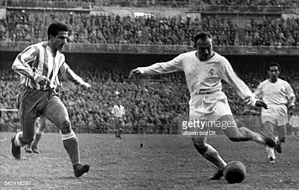 Alfredo di Stefano am Ball in einerSzene aus dem Spiel Real Madrid gegenEspagnol im Stadion Bernabeu, Madrid-