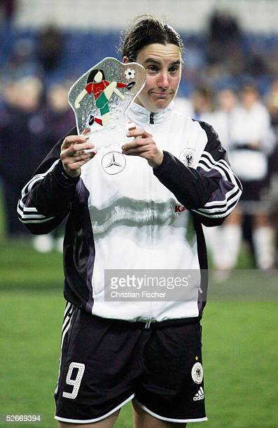 Algarve Cup 2005 Finale, Loule, 15.03.05; Deutschland - USA ; Birgit PRINZ/GER mit Auszeichnung als beste Spielerin haette lieber das Turnier gewonnen