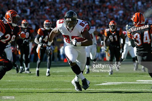 Alge Crumpler of the Atlanta Falcons finds the end zone between Dexter Jackson and Kevin Kaesviharn of the Cincinnati Bengals on a 16 yard second...