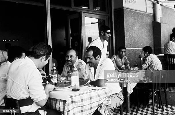 Algiers Algérie Alger 14 avril 1970 vie quotidienne dans la capitale la plus grande ville du pays et ville côtière de la mer Méditerranée Ici à la...