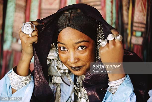 algeria, near tamanrasset, tuareg woman dressed for festival, portrait - femme touareg photos et images de collection