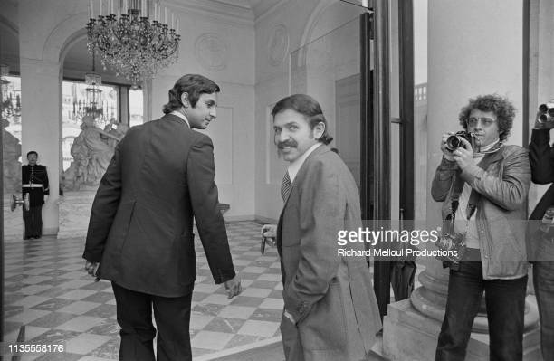 Algerian Minister for Foreign Affairs Abdelaziz Bouteflika is welcome at the Elysée Palace by French President Valéry Giscard d'Estaing to talk about...