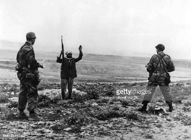 Algerienkrieg Gefangennahme eines FLNKämpfers nahe Ddjebel Tarf oO 1958