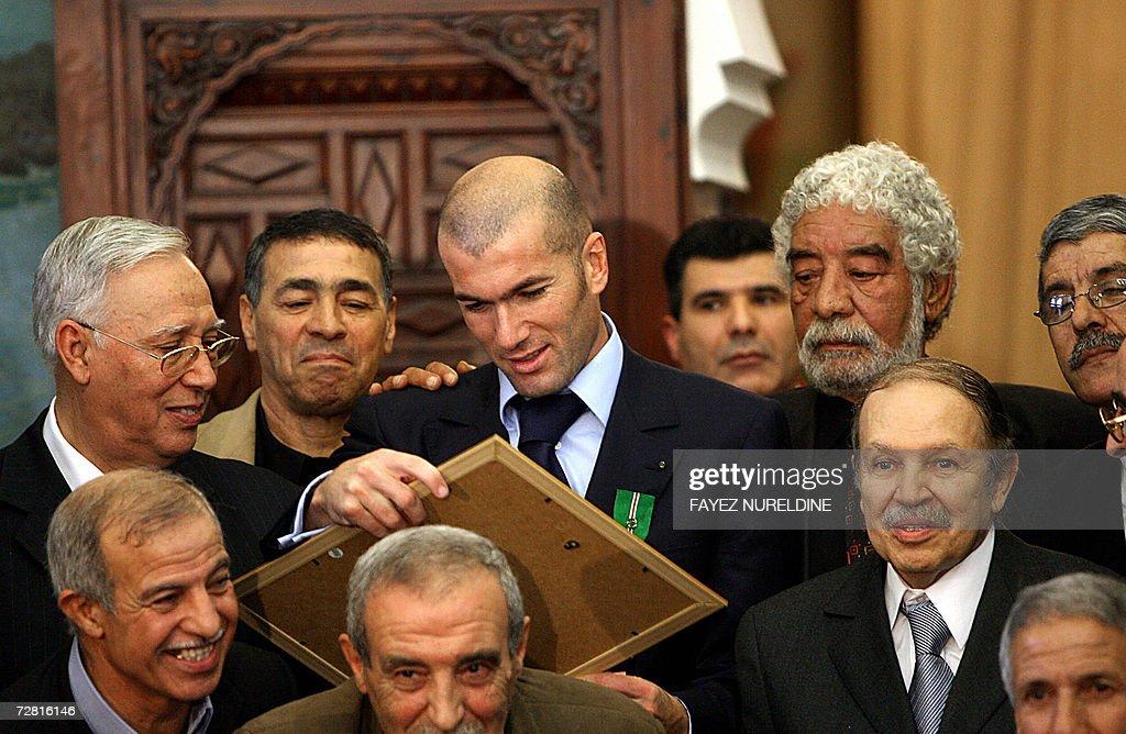 French football star Zinedine Zidane (C) : News Photo
