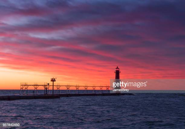 algoma wisconsin lighthouse under fiery red twilight sky - staadts,_wisconsin stock pictures, royalty-free photos & images