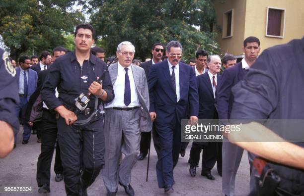 Ali Kafi et Khaled Nezzar lors des funérailles du président Mohamed Boudiaf assassiné le 1er juillet 1992 en Algérie