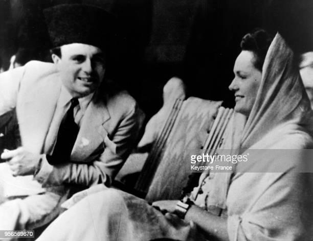 Ali Khan fils aîné de l'Aga Khan discute avec sa bellemère lors d'un défilé à Bombay Inde en 1946