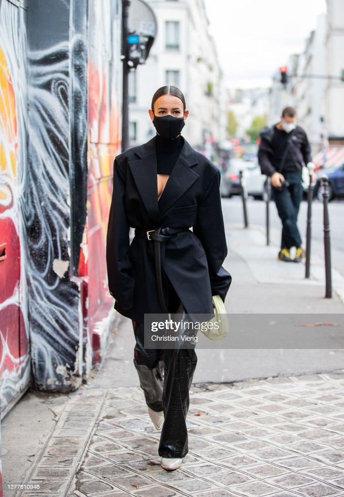 Street Style At Paris Fashion Week - Womenswear Spring Summer 2021 : Day Three : Photo d'actualité