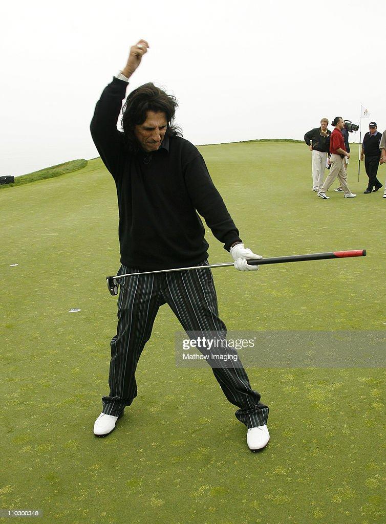 ☣ CORONAVIRUS ☣ - Minuto y Reconfinado - Vol.124: Saliendo Del Hoyo Alice-cooper-during-the-ninth-annual-michael-douglas-friends-golf-picture-id110300348