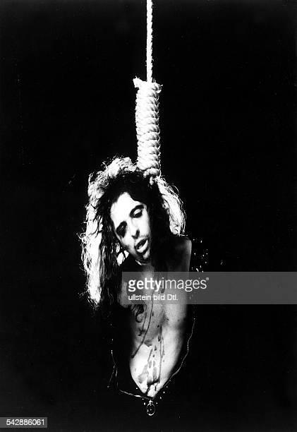 Alice Cooper Sänger / MusikerGrossbritannien 'erhängt' sich in seiner SelbstmordShow 1972