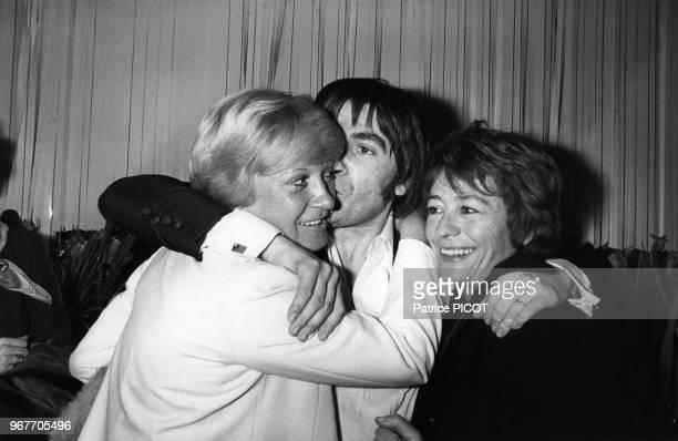 Alice Dona et Annie Girardot félicitent Serge Lama après sa 1ère au Palais des Congrès à Paris le 16 janvier 1979 France