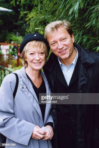 Alice Dona et Laurent Boyer au stade RolandGarros pendant les lnternationaux de France de tennis le 1er juin 2000 à Paris France