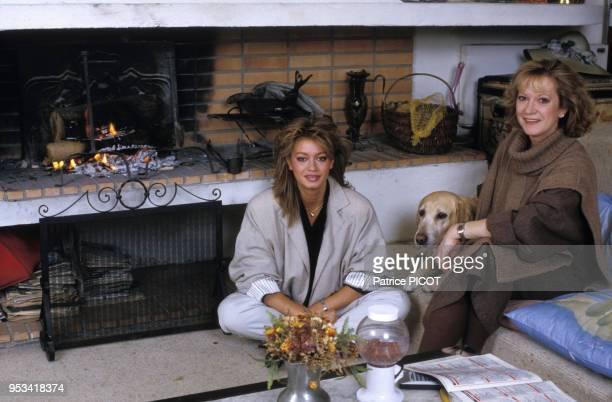 Alice Dona et sa fille Raphaëlle Ricci chez elle en avril 1989 à Paris France