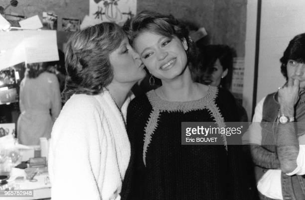 Alice Dona et sa fille Raphaëlle Ricci dans les loges après son concert à l'Olympia le 28 février 1984 Paris France