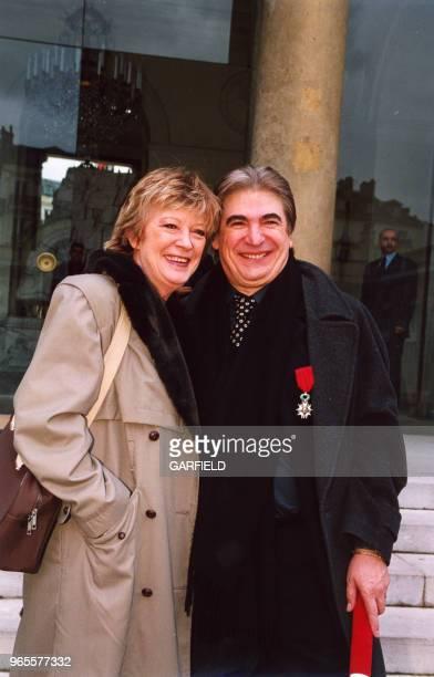 Alice Dona et Serge Lama décoré de la Légion d'Honneur sur le perron de l'Elysée le 14 avril 2000 à Paris France