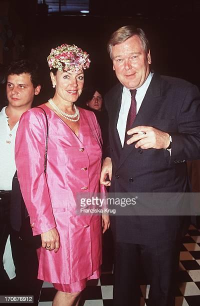 Alice Ludger Staby Bei Krug Champagner Party Hamburg 110697 Sie Kostüm Rosa Pink