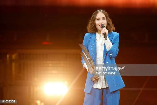 Alice Merton receives the national pop female artist award during the 2018 Echo Music Awards ceremony on April 12 2018 in Berlin / AFP PHOTO / AXEL...