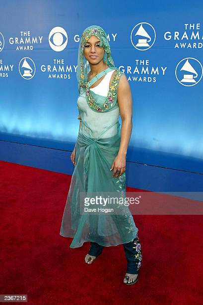 Alicia Keys arrives at the 44th Annual Grammy Awards at Staples Center in Los Angeles Ca Feb 27 2002