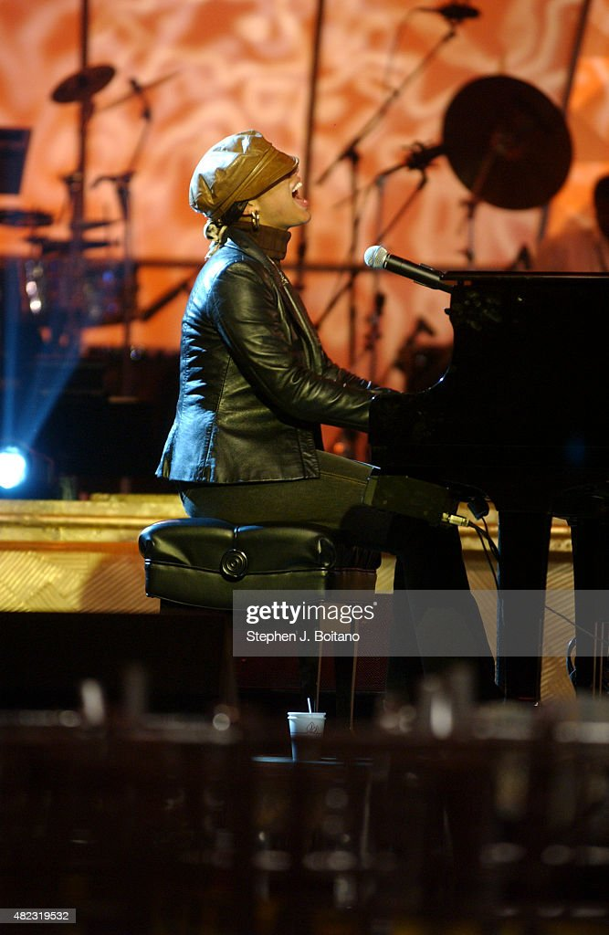 Alicia Keys performs during rehearsals for the 2003 BET Walk... : News Photo