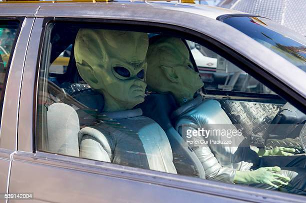 alien in a car at baker of california state in us - カリフォルニア州ベーカー ストックフォトと画像