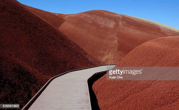 alien landscape at painted hills - exotismo fotografías e imágenes de stock