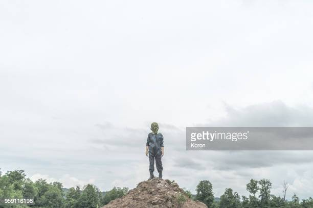 alien standing on the mountain - scaredastronaut stock pictures, royalty-free photos & images