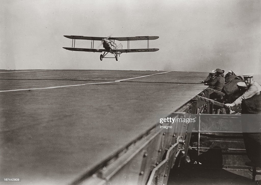 Alighting of an aeroplane on deck of an modern English aircraft carrier. About 1935. Photograph. (Photo by Imagno/Getty Images) Landung eines Flugzeugs auf dem Deck eines modernen englischen Flugzeugträgers. Um 1935. Photographie (press print). 12,8 : 18,2 cm .