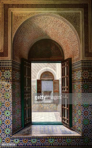aligned windows inside the casbah of telouet - telouet kasbah photos et images de collection