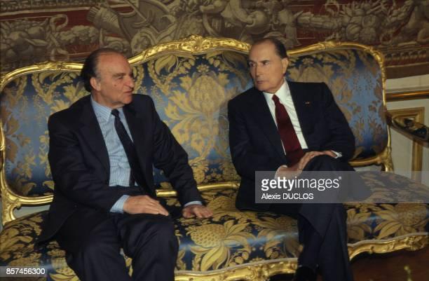 Alija Izetbegovic le president bosniaque s'entretient avec le president Francois Mitterrand pendant sa visite officielle le 9 janvier 1993 a Paris...
